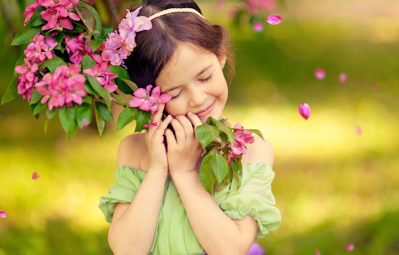 Фото обои радость, счастье, детство, улыбка, эмоции, дерево, весна, девочка, цветение, блаженство