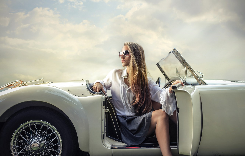 Фото обои машина, девушка, поза, макияж, очки, прическа, наряд