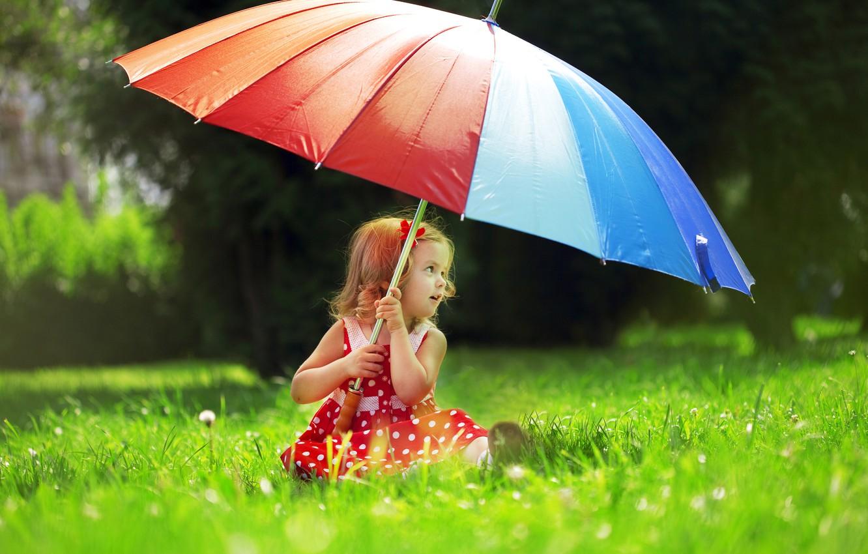 Фото обои трава, деревья, природа, зонтик, ребенок, горошек, платье, девочка