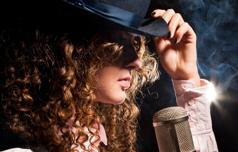 Фото обои девушка, лицо, стиль, волосы, дым, рука, шляпа, профиль, микрофон, кудри, рукова