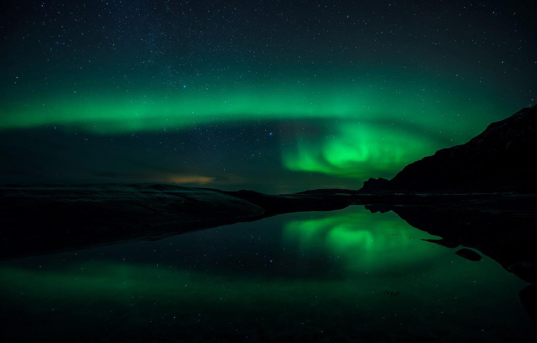 Фото обои небо, вода, звезды, отражения, горы, ночь, северное сияние