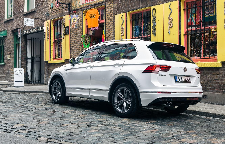 Фото обои белый, Volkswagen, автомобиль, вид сзади, кроссовер, Tiguan, R-Line