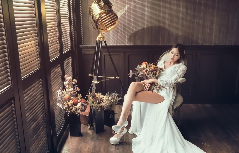 Фото обои девушка, комната, платье, ножки, азиатка, милашка, букеты