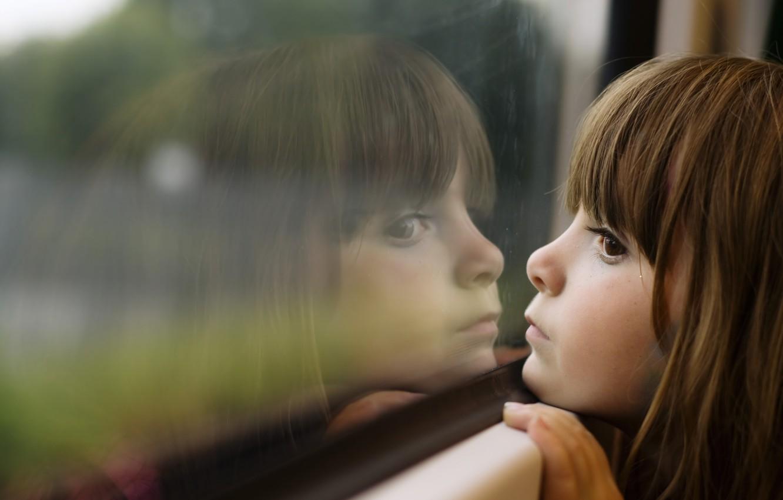 Фото обои грусть, отражения, дети, детство, девушки, окна, ребенок, красота, маленькие, girl, beauty, sadness, window, child, reflection, …