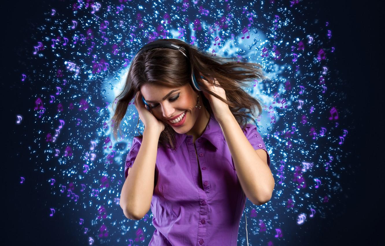 Картинка девушка с наушниками на фиолетовом фоне