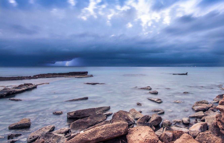 Фото обои гроза, небо, тучи, камни, океан, берег, молния, Море, синее