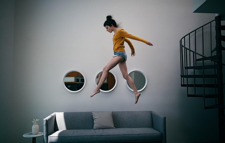Фото обои девушка, интерьер, бег, по воздуху