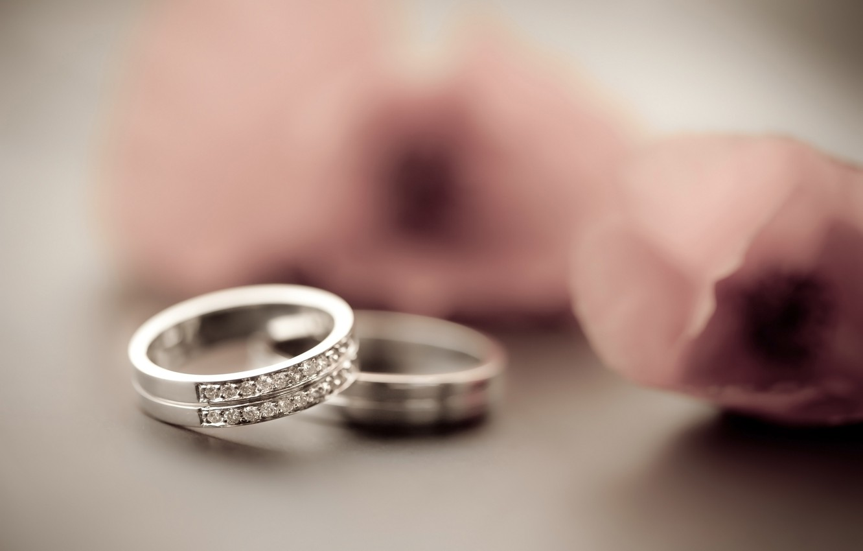 Сон о кольце означает связи, дружбу, союз, привязанность, обручение.