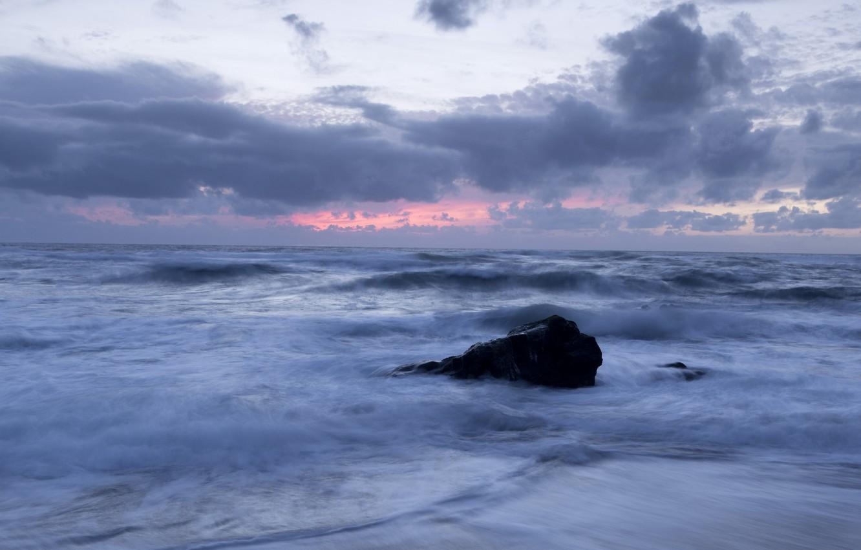 Фото обои море, небо, облака, закат, берег, камень, вечер, прибой, Португалия