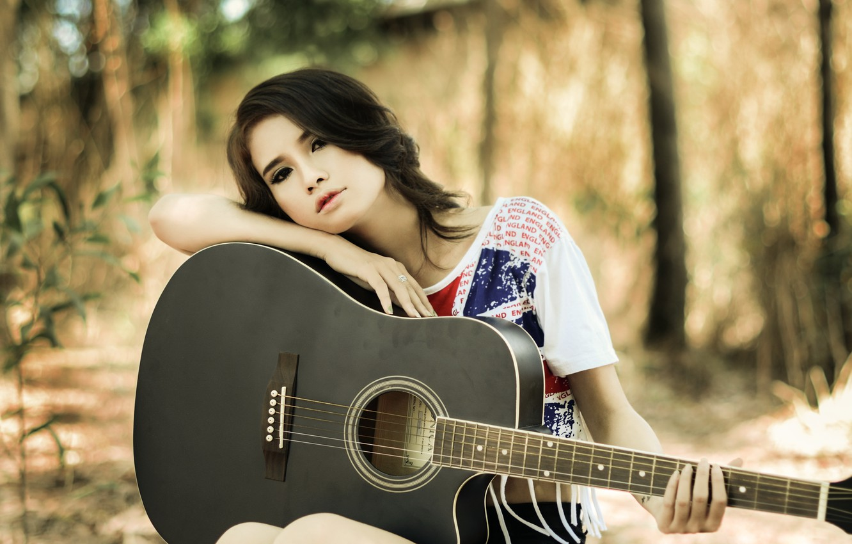 Картинка с девушкой и гитарой