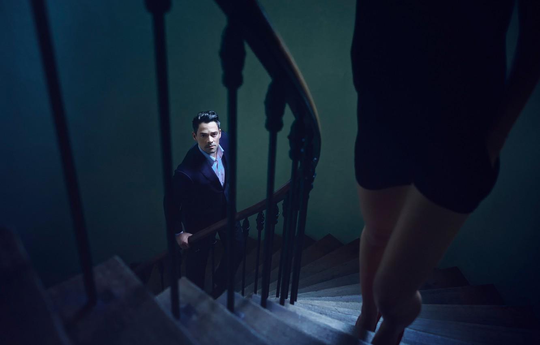 Фото обои взгляд, девушка, мужик, костюм, лестница, ступеньки, ножки, подъём