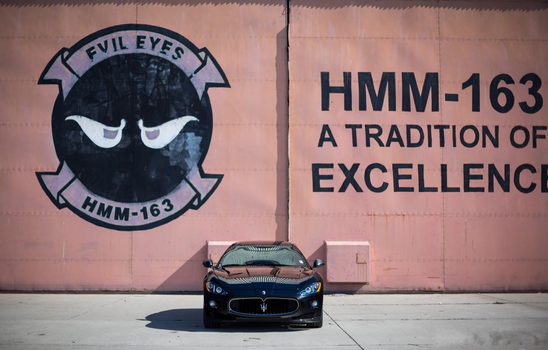 Фото обои стена, чёрный, надпись, Maserati, тень, black, мазерати, передок, MC Stradale, Granturismo, грантуризмо, битонные плиты