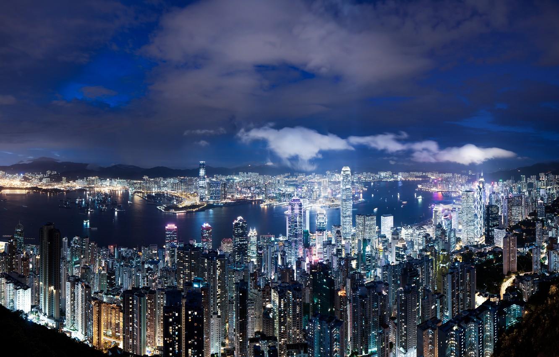 Фото обои небо, облака, ночь, огни, вид, высота, Гонконг, небоскребы, подсветка, панорама, Китай, синее, мегаполис, Hong Kong