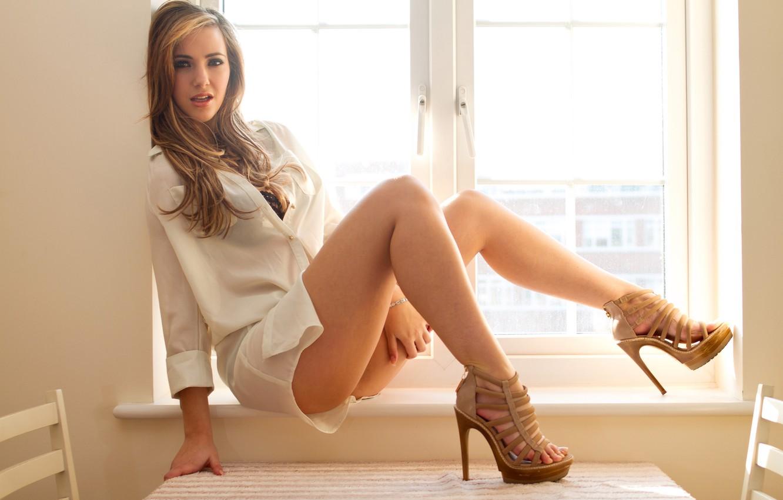 Фото обои девушка, окно, туфли, подоконник, рубашка, ножки, сидит, sophia knightis
