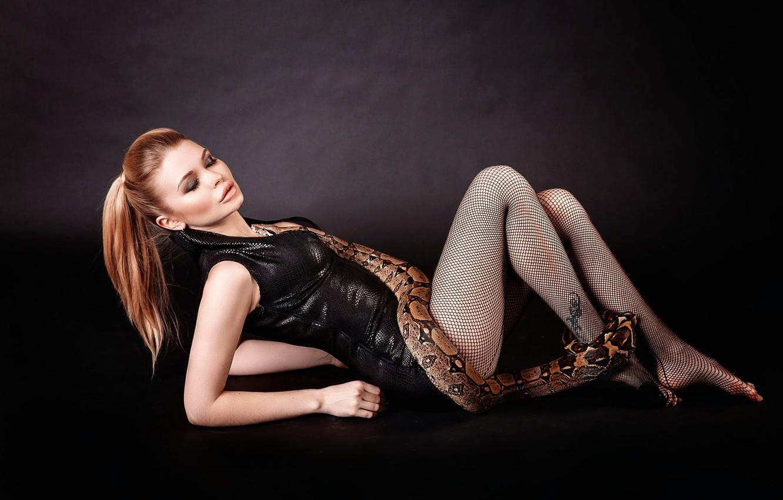 Фото обои девушка, близость, змея, декольте, ножки, Snake