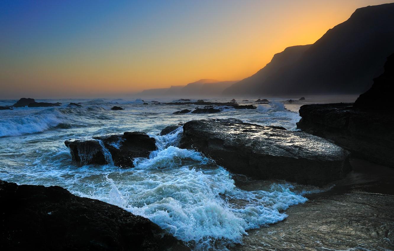 Фото обои море, волны, небо, пена, вода, капли, горы, природа, скала, камни, океан, скалы, берег, побережье, камень, …