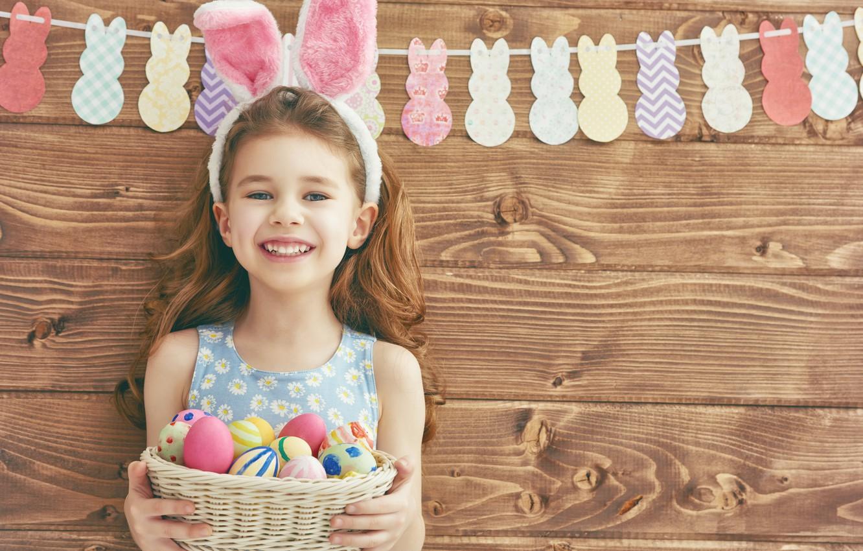 Фото обои стена, праздник, корзина, доски, яйца, Пасха, девочка, гирлянда, ушки, ребёнок, Easter