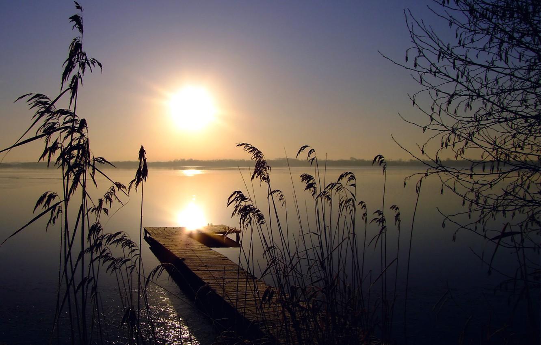 Фото обои небо, солнце, закат, озеро, камыши, дерево, тишина, Вечер, горизонт, деревянный, мостик, безоблачное