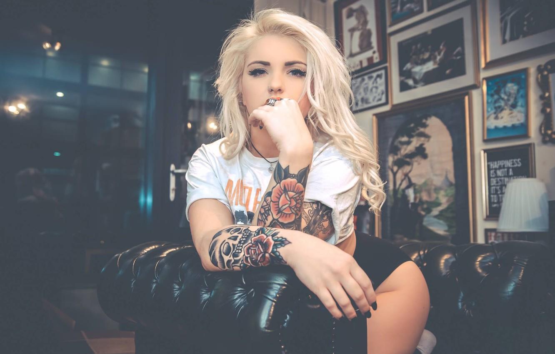 Фото обои девушка, кресло, футболка, блондинка, girl, татуировки, model, tattoo, alternative, Ashlea Louise