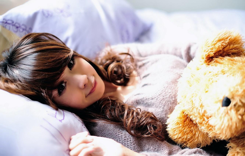 Фото обои девушка, улыбка, игрушка, подушки, медведь, постель, азиатка, солнечные лучи