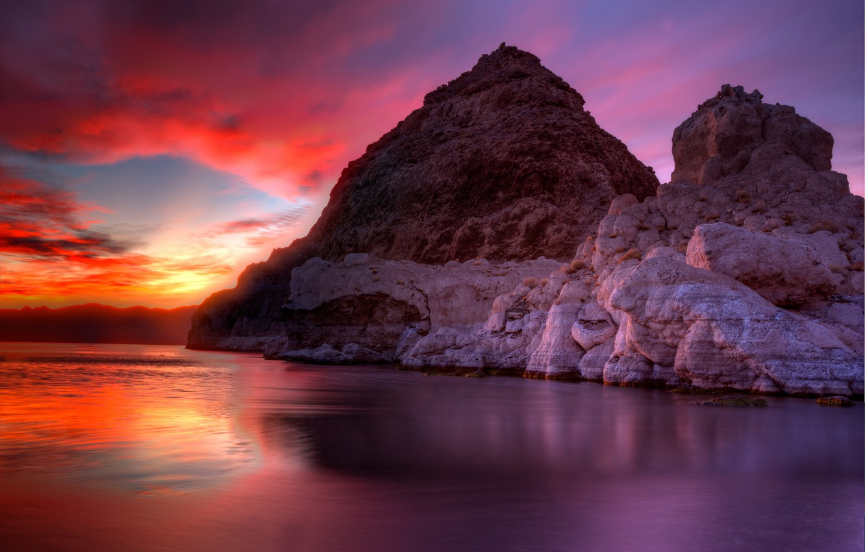 Фото обои небо, облака, горы, озеро, скалы, зарево