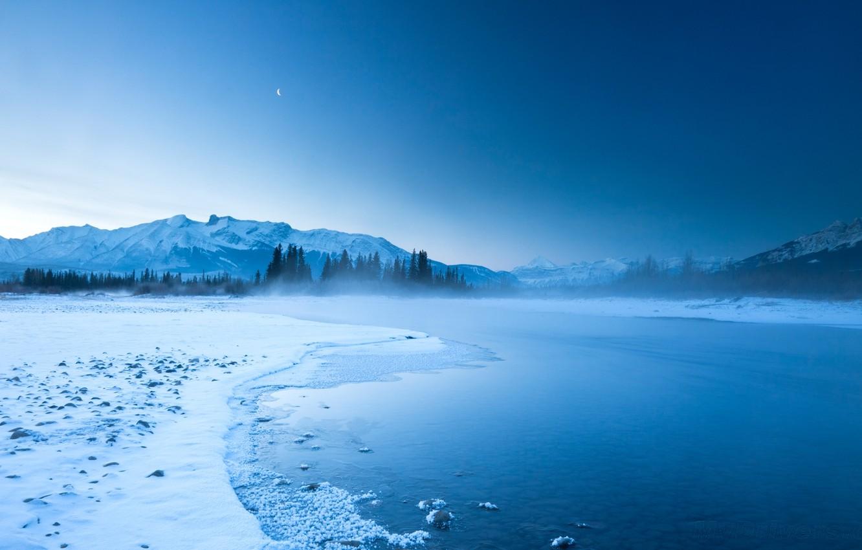 Фото обои небо, горы, ночь, туман, река, скалы, холмы, луна, берег