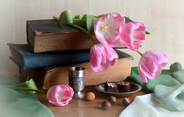 Фото обои книги, конфеты, тюльпаны, ткань, орехи, натюрморт