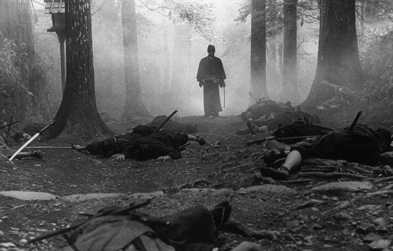 Фото обои лес, деревья, туман, самурай, черно-белое, трупы, национальности
