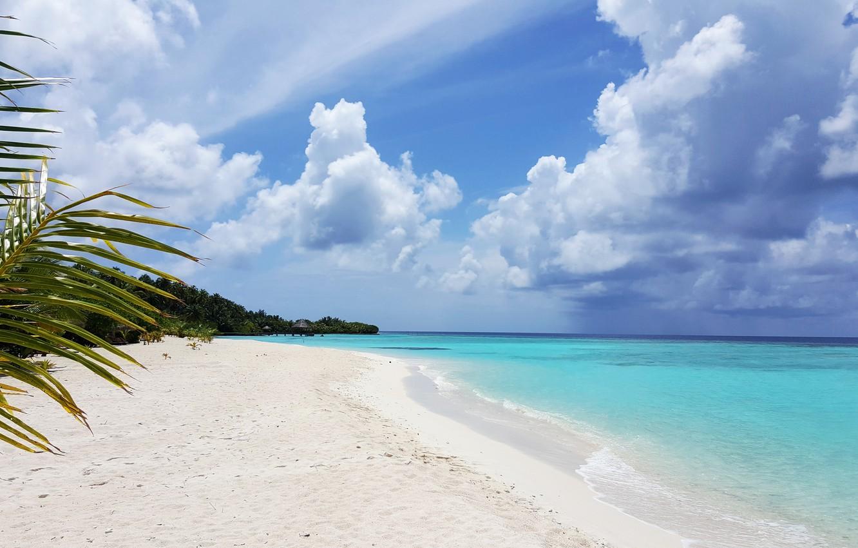 данной фото океан с белым песком содержит большое количество
