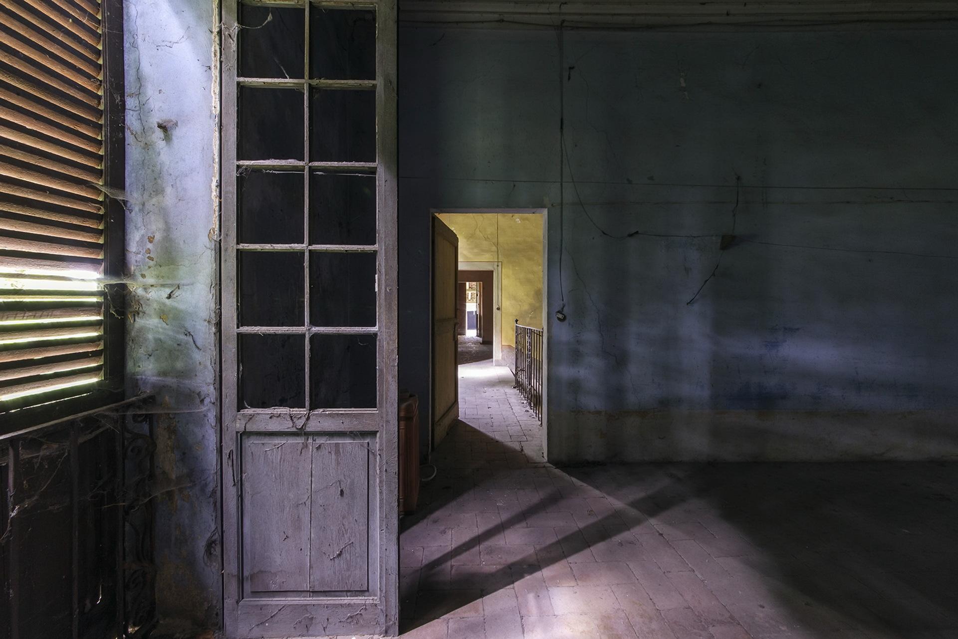 комната с дверями на картинке состоянию шерсти видимо
