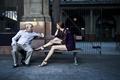 Картинка скамейка, фон, мужчина, девушка, разговор