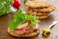 Картинка зелень, бутерброд, хлеб с жареной говядиной и салатом