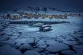 Картинка лодки, озеро, свет, лед, Зима, дома, поселок