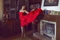 Картинка комната, книги, лицо, ножки, красное, полки, девушка, камин, платье