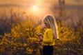 Картинка девочка, солнце, веточка, весна, Yellow