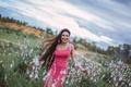 Картинка бег, смех, поле, девушка, радость, платье