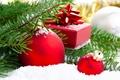 Картинка шарики, снег, подарок, шары, игрушки, елка, ель, ветка, Новый Год, Рождество, красные, ёлка, декорации, Christmas, ...