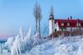 Картинка снег, лед, зима, кусты, море, дом, маяк, небо