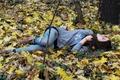 Картинка земля, колготки, leaves, закрытые глаза, сезон, листья, брюнетка, girl, отдыхает, настроение, девушка, wood, голубые, осень, ...
