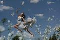Картинка девушка, голуби, полёт