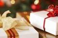 Картинка подарки, праздник, новый год, ленточки, коробки, бантики, белые