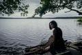 Картинка озеро, пасмурно, девушка, длинное платье, сидит, берег