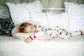 Картинка детишки, дети, широкоэкранные, расслабление, кровать, обои, HD wallpapers, girl, child, спит, полноэкранные, background, розочка, сон, ...