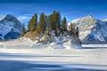 Картинка снег, остров, горы, зима, лед, деревья, скала, озеро, рыбаки, небо