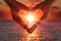 Картинка руки, heart, свет, сияние, сердце, любовь, sea, romantic, море, sunset, light, love, hands, закат