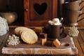Картинка сладости, сливки, доска, чашка, конфеты, печенье, кофе, блюдце
