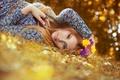 Картинка цветы, взгляд, настроения, цветочки, фон, лицо, обои, девушка, м кольцо, осень. листья