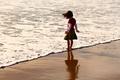 Картинка песок, море, пляж, лето, вода, дети, фон, обои, настроения, волна, ребенок, малыш, брюнетка, девочка, малышка, ...