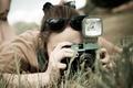 Картинка фотоаппарат, широкоэкранные, HD wallpapers, обои, girl, брюнетка, зелень, девушка, камера, полноэкранные, очки, background, съемка, широкоформатные, ...