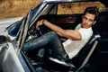 Картинка машина, взгляд, джинсы, футболка, актер, мужчина, сидит, Крис Пайн, Chris Pine, сиденье